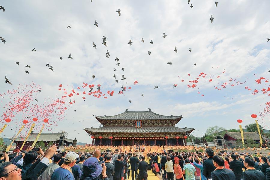 5月12日,兩岸同胞在神農炎帝故里山西高平炎帝陵舉行民間拜祖典禮。(中新社)