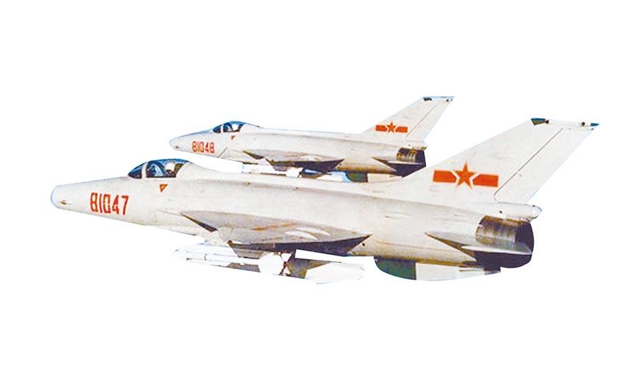 兩架殲-7戰機並肩飛行。(取自環球網)