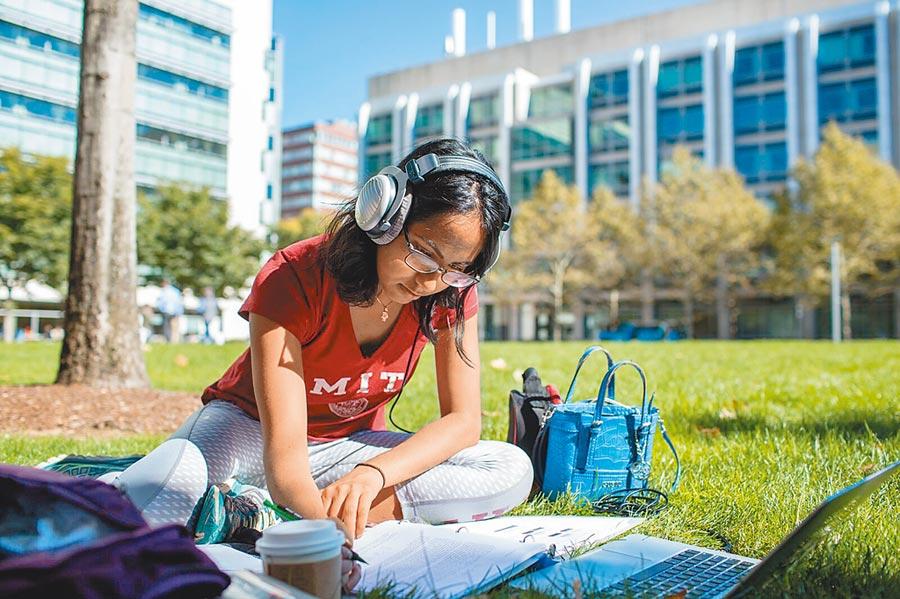 美國麻省理工學院今年EA錄取新生,無一位是陸生。圖為麻省理工學院學生。(取自麻省理工學院官網)
