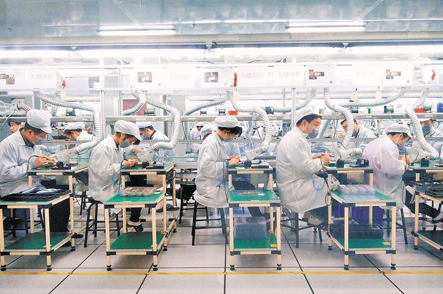在陸設廠資通訊業面臨遷廠危機。圖為河南鄭州富士康的生產線。(中新社資料照片)