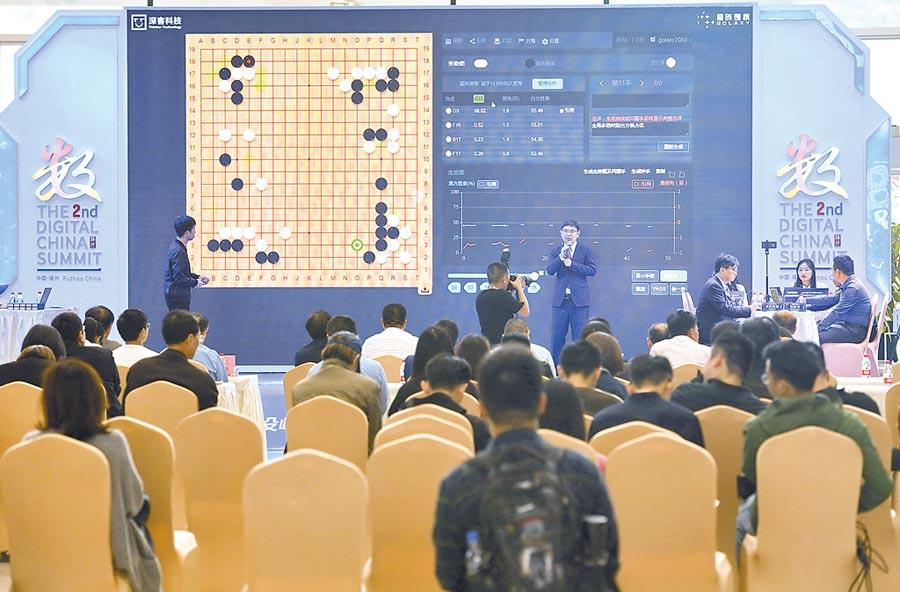 5月7日,福州觀眾在星陣圍棋與里拉零圍棋比賽現場聽專家金涬講解。(新華社)