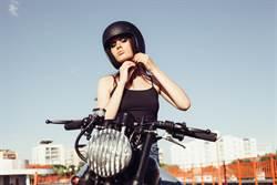 齋戒月超狂 女半裸騎車挑戰信仰