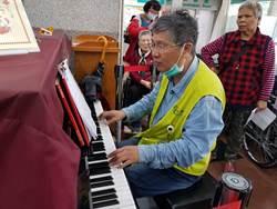 抚慰病患心灵钢琴老师乐做终身志工