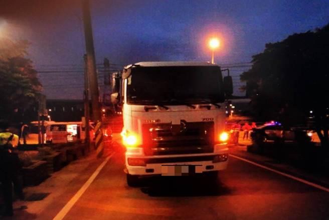 誤把醉倒路邊男子當「黑色垃圾袋」,貨車司機倒車開過才知壓死人。(非事發示意圖/中時資料照)