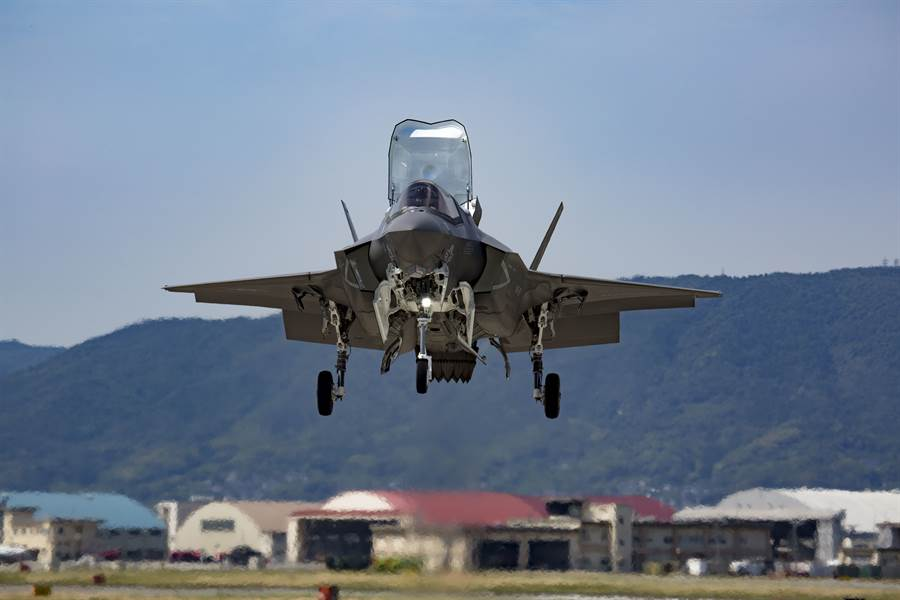 駐日美軍近期事故頻生,一次F-35B的鳥擊事件就損失了200萬美元。圖為岩國市美軍岩國基地的F-35B戰機。(圖/美國海軍)