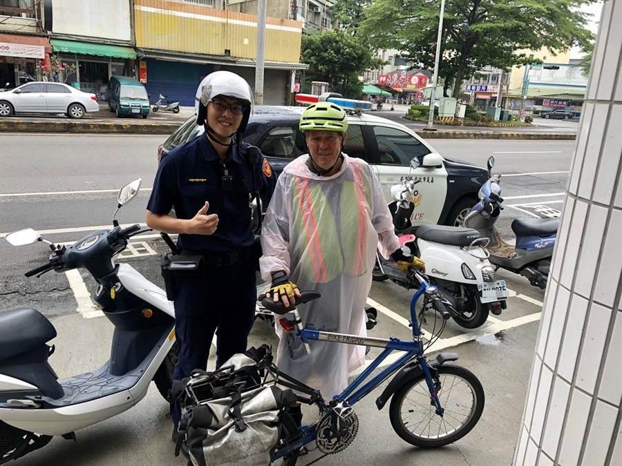 嘉義市員警陳彥廷(左)熱心服務,留住美籍單車環島旅客夜宿嘉義市。(廖素慧翻攝)