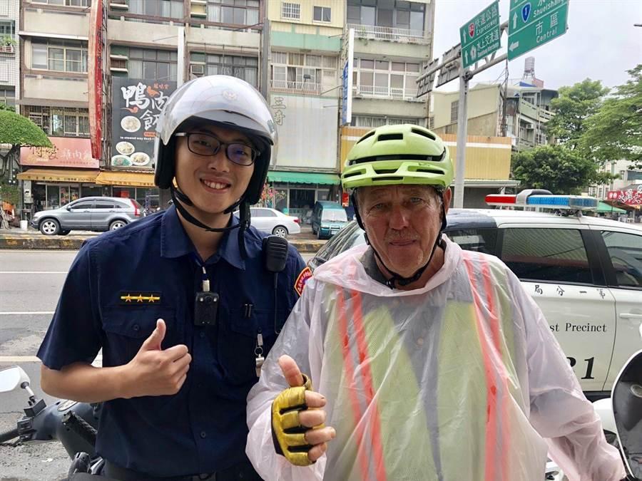 美籍單車環島旅客稱讚員警陳彥廷(左)熱心服務。(廖素慧翻攝)