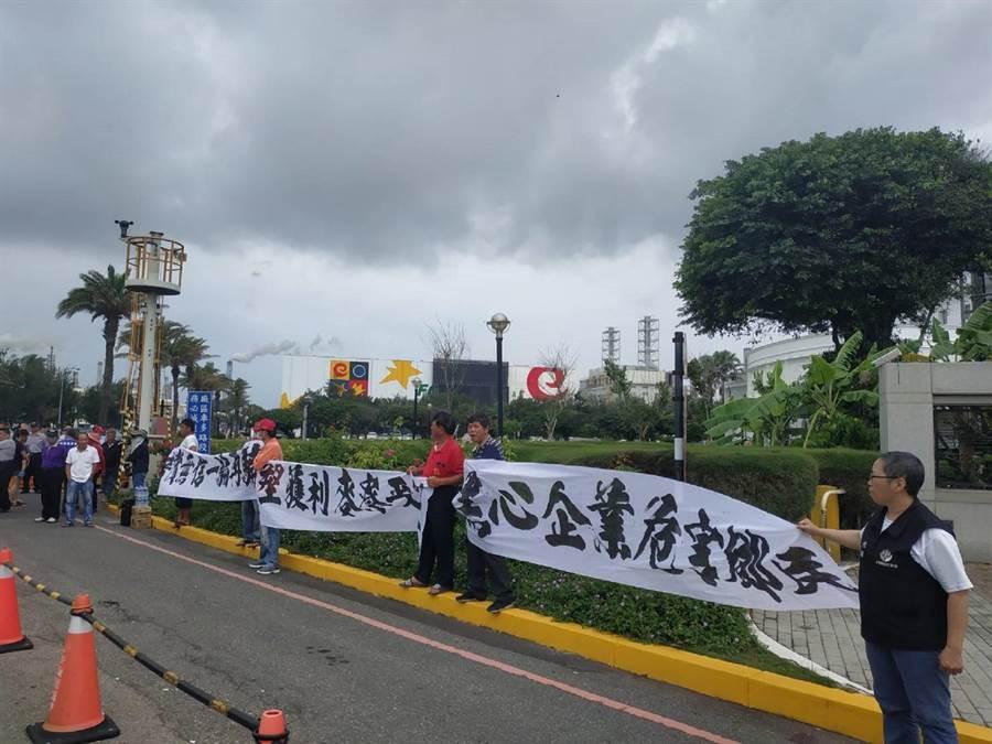 氣爆賠償無共識,麥寮鄉民到六輕抗議。(張朝欣攝)
