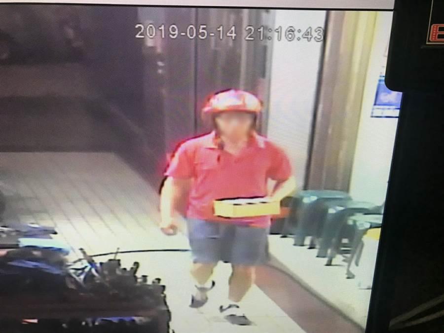 監視器錄下嫌犯親自將炸彈包裹送到傷者的公司。〈戴志揚翻攝〉