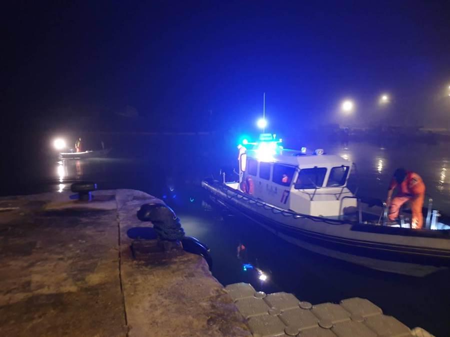 岸巡多功能巡緝艇將迷航漁船拉回新湖漁港,解除一場緊急狀況。(金門岸巡提供)