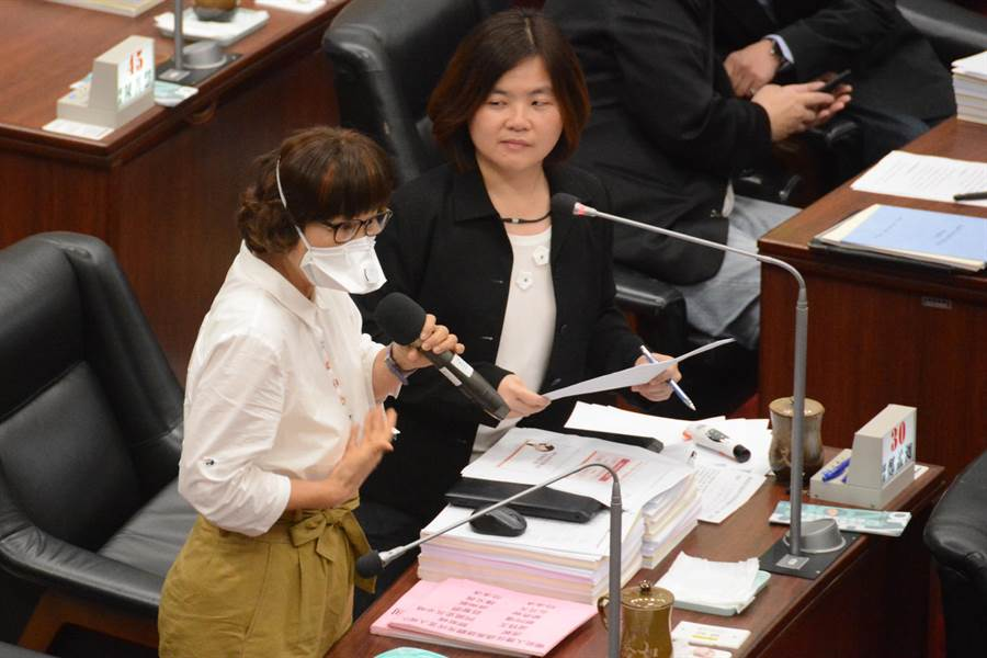 民進黨高市議員陳慧文(右)、李喬如(左)質詢韓國瑜掛著隨身型空氣清淨器無效,不應繼續錯誤示範,恐怕引起市民、韓粉仿效。(林宏聰攝)