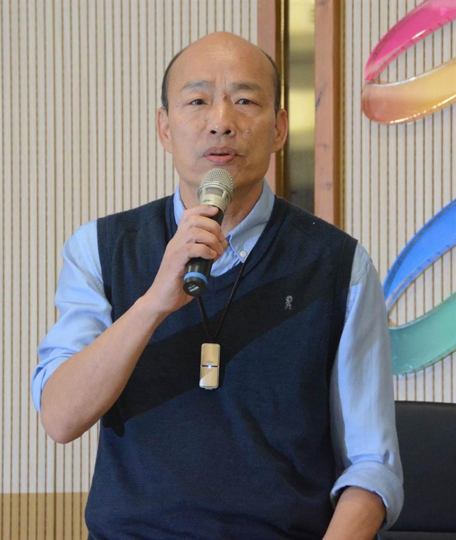 高雄市長韓國瑜常掛著隨身型空氣清淨器,這是女兒韓冰的一片孝心,他之前也坦承「心理作用比較大」。(林宏聰攝)