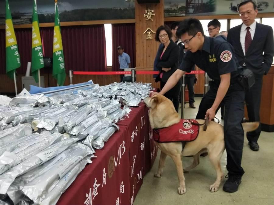 缉毒犬嗅出毒品后,由海关人员进行破坏性检查。
