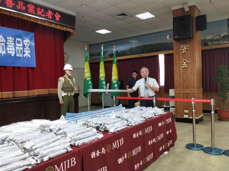 关务署台中关副关务长陈长庚表示,贩毒集团将毒品夹藏窗帘铝桿。