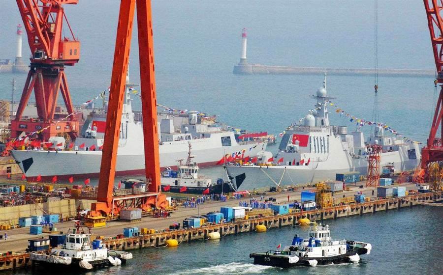 兩艘052D型驅逐艦5月10日在大連造船廠同時下水。(香港文匯網)