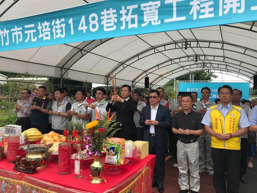新竹市府16日舉行元培街148巷拓寬動工典禮,要讓民眾未來的祭祖路更順暢。(陳育賢攝)