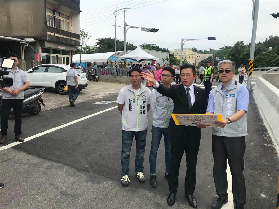 新竹市長林智堅(右二)表示,元培街148巷拓寬工程完工後,民眾未來的祭祖路將會更順暢。(陳育賢攝)