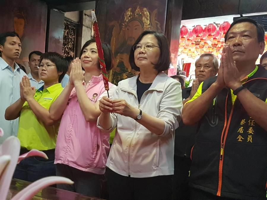蔡英文总统(右2)到太平乐后宫向天上圣母参拜寻求地方支持。(张妍溱摄)