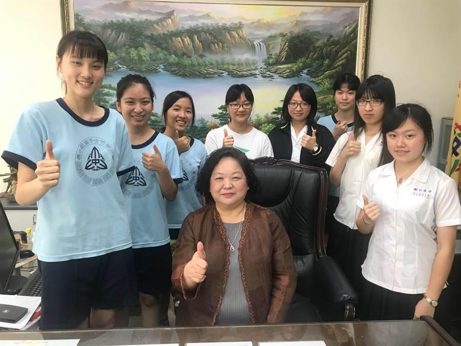 108年大學申請入學統一分發結果16日出爐,新竹市新竹女中表現亮眼,有8人上醫學系。(陳育賢攝)