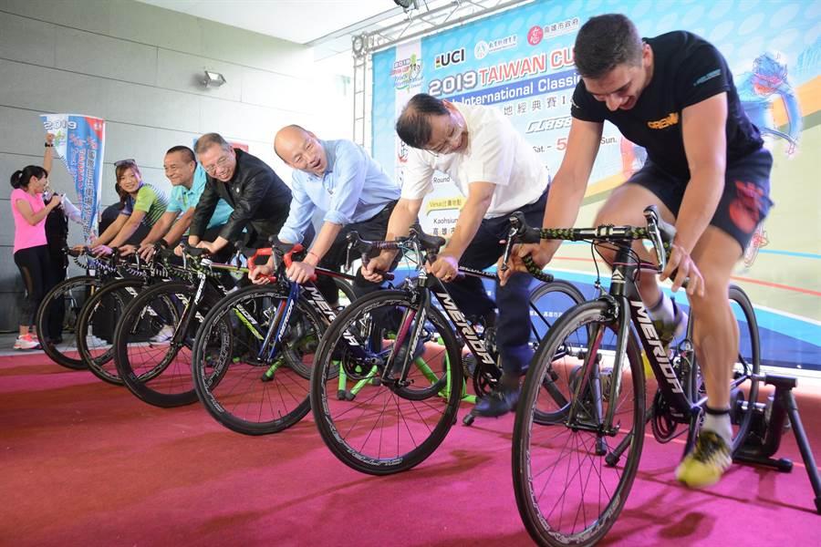 羅馬尼亞籍自由車選手(右)踩得飛快,讓高雄市長韓國瑜(中)直說壓力好大。(林宏聰攝)