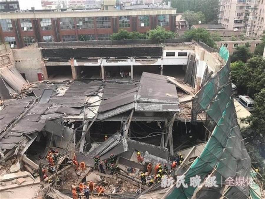 上海昭化路發生改建廠房倒塌事故。(摘自《新民晚報》)