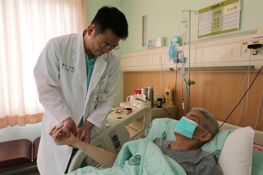 亞大醫院心導管室主任黃國書為陳姓運將檢查術後狀況。(林欣儀攝)
