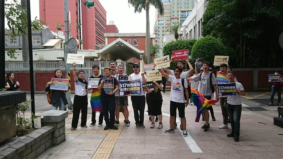 挺同團體在立法院外籲請支持同婚專法。(廖德修攝)