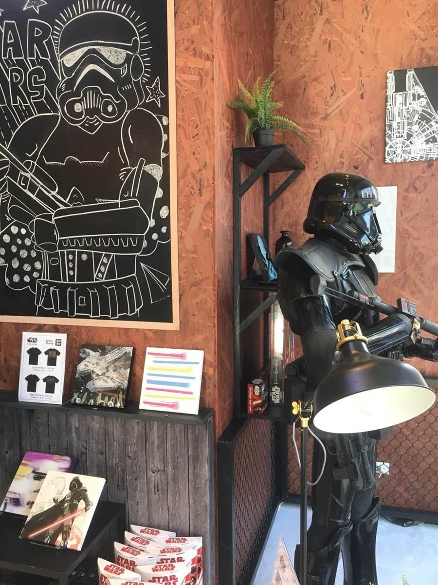 新光三越台北南西店即日起至31日於三館1F設置《星際大戰》期間限定店有1:1死亡風暴兵可供拍照、打卡。(新光三越提供)