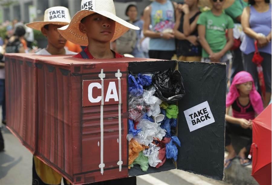 加拿大的垃圾運到菲律賓,引起菲律賓人的全面抗議。(圖/美聯社)