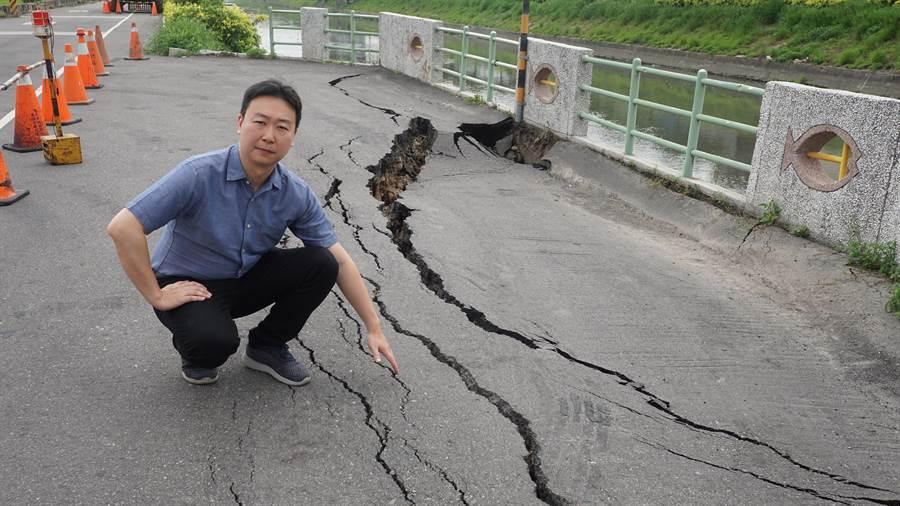 台中市議員陳世凱會勘龍井區觀光路道路塌陷情況,要求主管單位儘速修補,避免意外發生。(林欣儀攝)