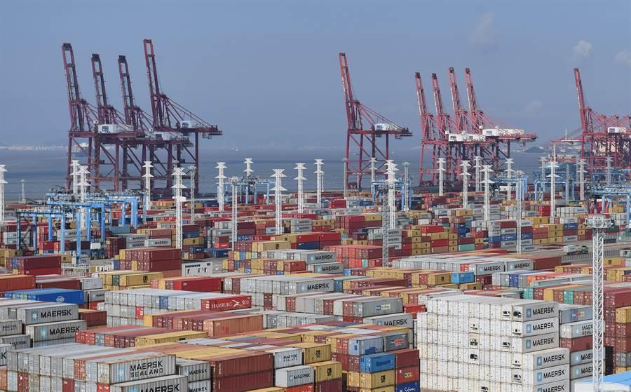 寧波舟山港堆放大量集裝箱的資料照。(中新社)