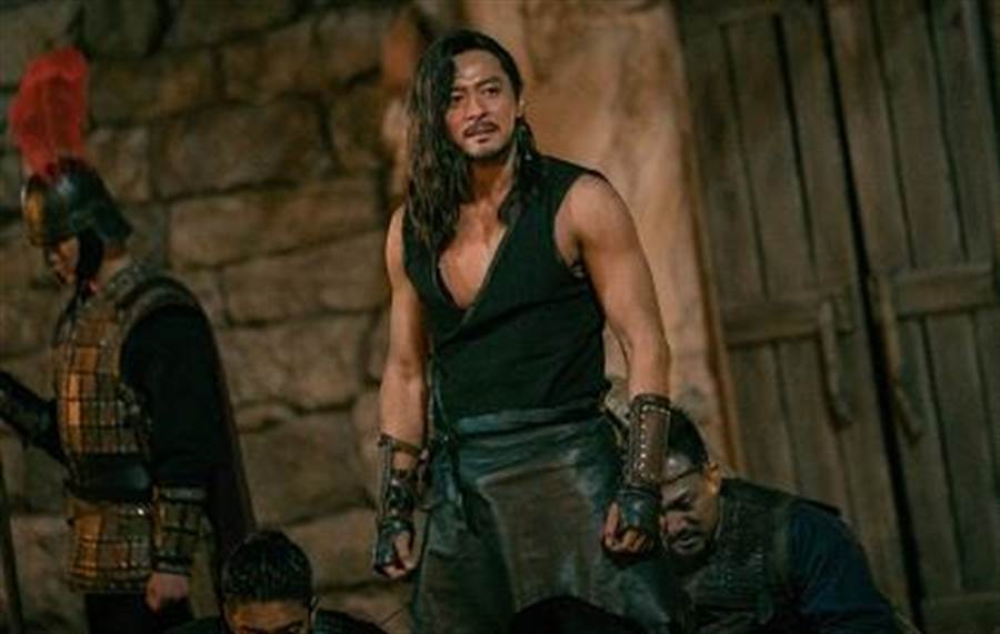 張東健飾演戰爭英雄「妥坤」一角。Netflix提供