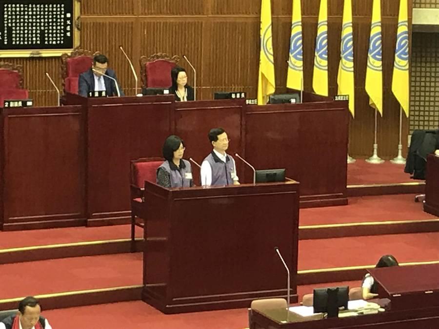 衛生局長黃世傑(圖右)表示,會再加強老人健檢服務量。(李依璇攝)