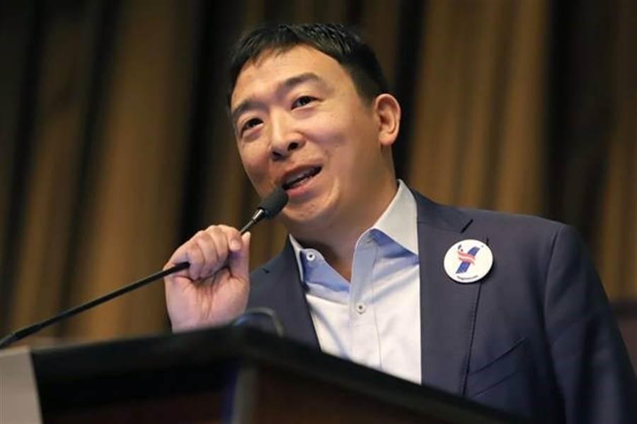 台裔美國人楊安澤由商界跨足政壇,他認為接下來11年到20年之間,自動化將會取代兩成到三成的工作,承諾選上後一個月將提供民眾1000元美金。(圖/翻攝自Andrew Yang推特)