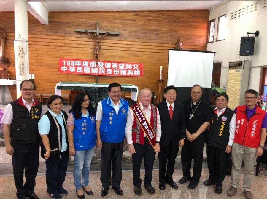 今年81歲的瑞士籍天主教神父傅若望(右5),來台54年,今天正式取得中華民國身份證,包括新城鄉長何禮臺(左4)、前縣長傅崐萁(右4)等人到場見證。(張祈翻攝)