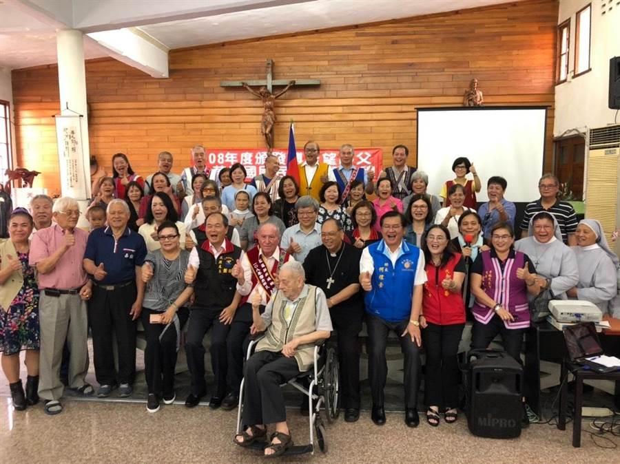 當地居民皆前往見證神父傅若望歸化台灣籍的時刻。(張祈翻攝)
