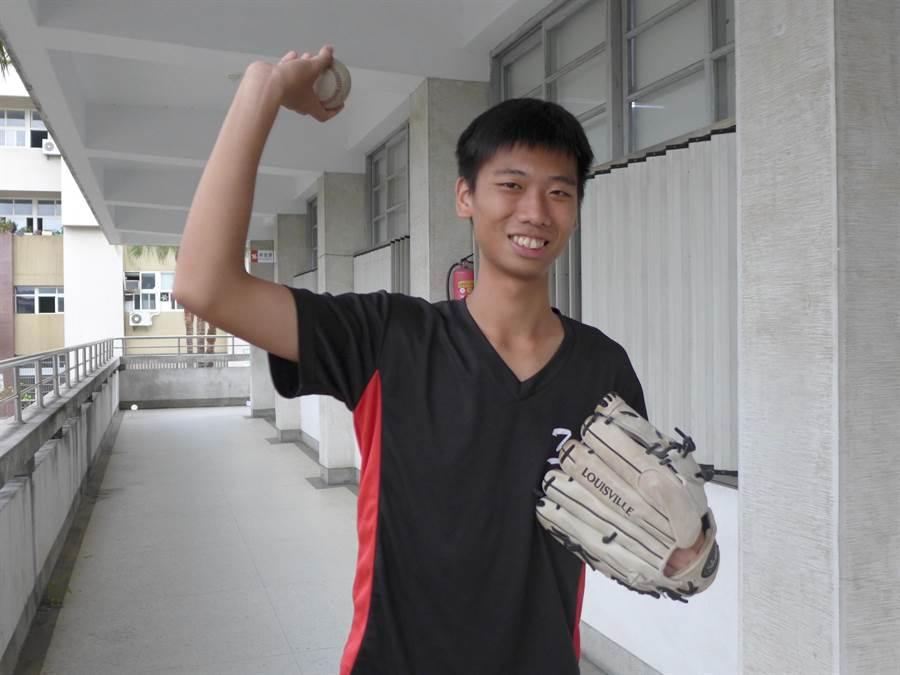 台中一中劉言甫從小熱愛棒球,申請入學錄取台大政治系,未來希望當外交官、用棒球做外交。(林欣儀攝)