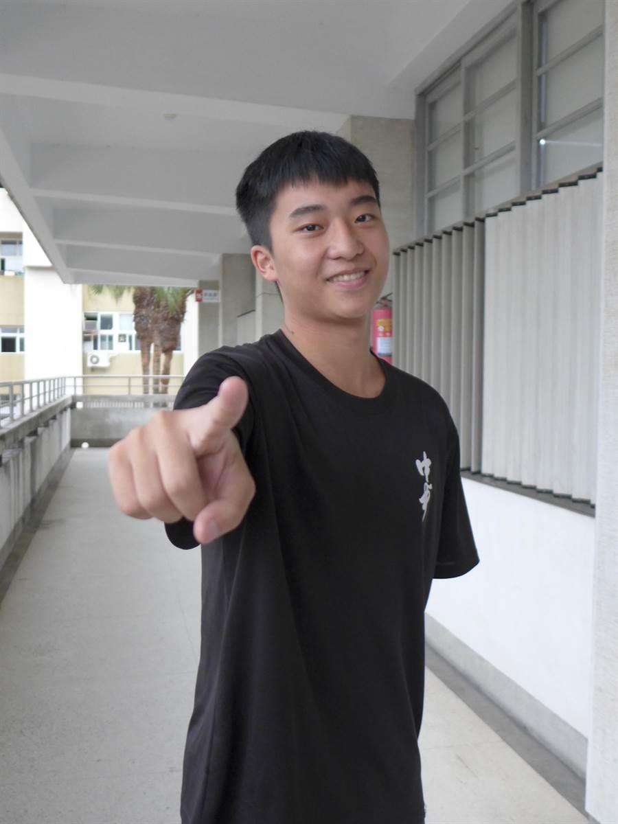個性活潑的施胤丞從小不補習,憑藉上課專心、回家複習的念書方法,學測考取4科60級分,將赴香港科技大學就讀。(林欣儀攝