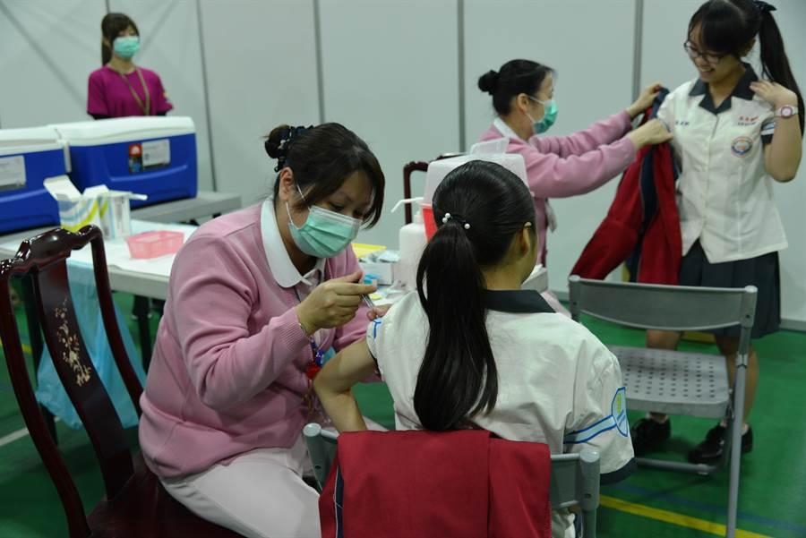 雲林縣今年9月入學的國一女生施打9價子宮頸疫苗經費由縣庫支出,持續向中央爭取補助公費疫苗費用,圖為今年3月國一女生接種情形。(縣府提供)