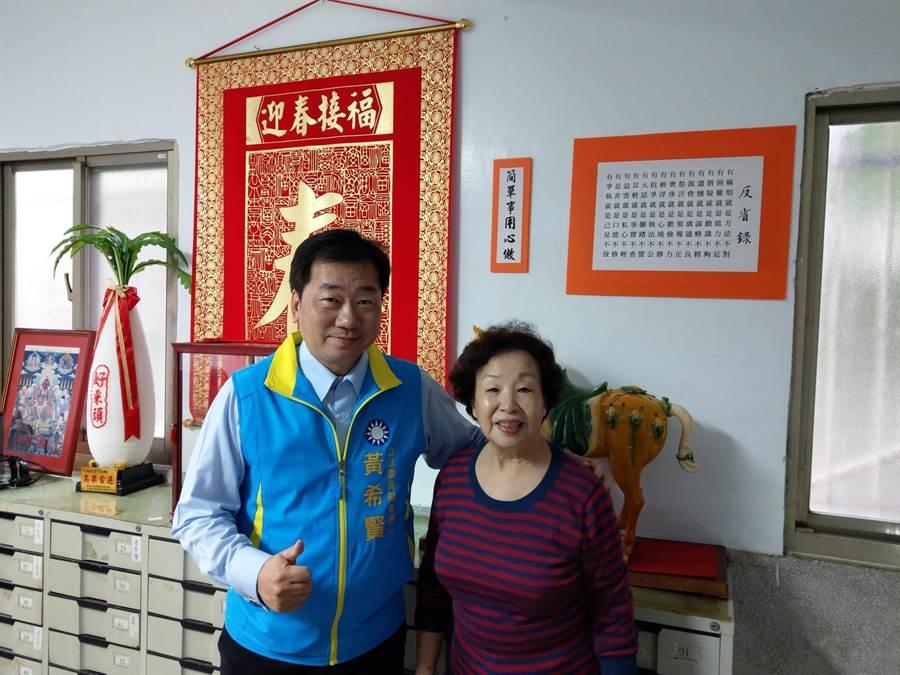國民黨基隆市黨部主委暨立委初選參選人黃希賢(左)提議,歡迎總統府辦公室設在基隆。(張穎齊翻攝)