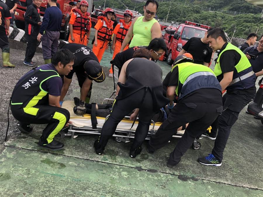 2名墜崖攀岩客被輾轉以海陸接駁救上岸。(吳家詮翻攝)