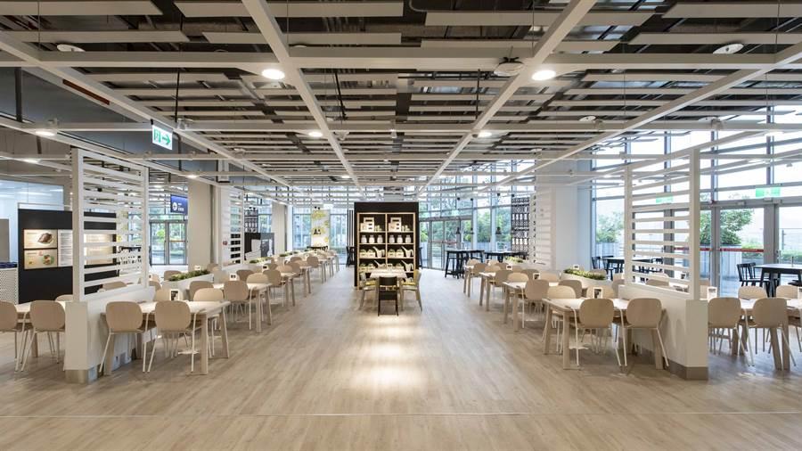 瑞典餐廳擁有一大片落地窗眺望新店美景,同時設有親子用餐區,且餐廳外連結捷運東西廣場以及高達七千坪的天空廊道公園,與大自然接軌。(圖/品牌提供)