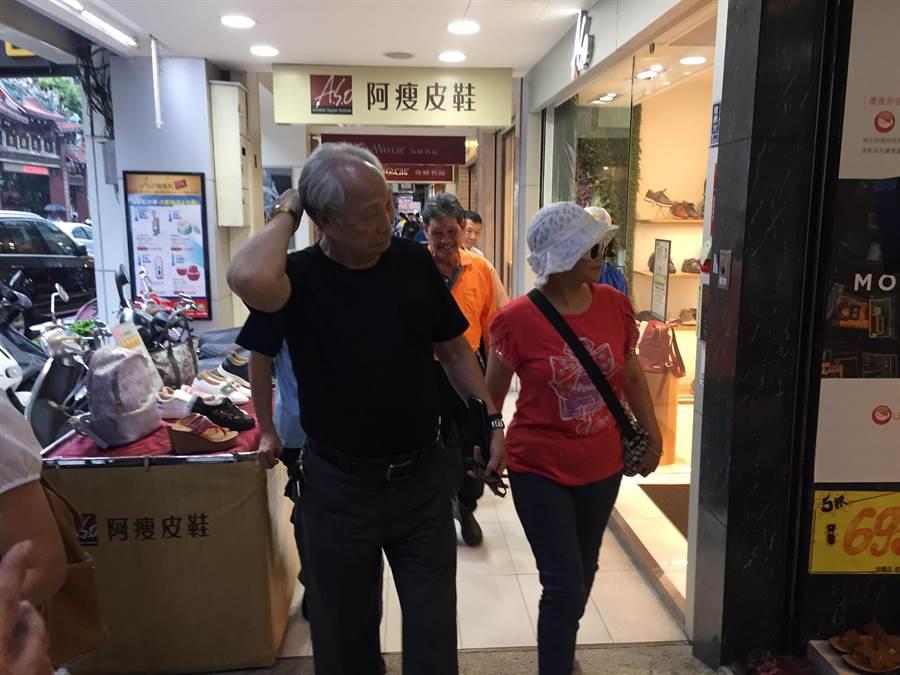 警方勸說5名退休警察,轉移陣地到速食店喝飲料。(王文吉攝)