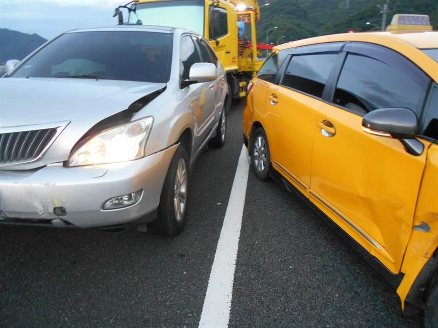 國道6號酒客疑似神智不清拉起手煞車,造成計程車失控被後方休旅車追撞。(圖/國道警察第七隊提供)