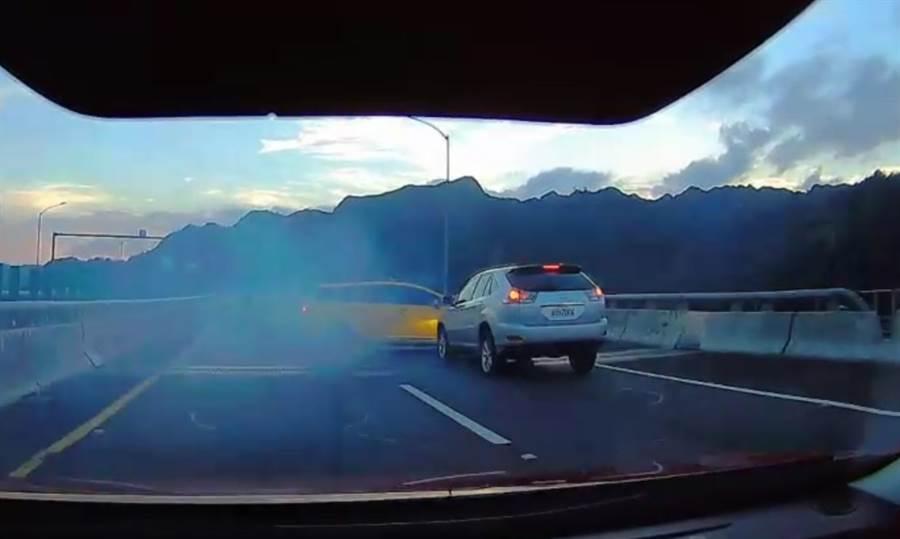 國道6號酒客疑似神智不清拉起手煞車,造成計程車失控偏移被後方休旅車追撞。(圖/國道警察第七隊提供)