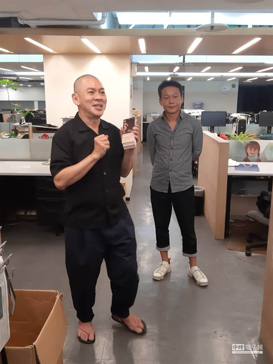 蔡明亮(左)興奮地講解電影的理念與新作的賣點。(圖/記者李家穎攝)