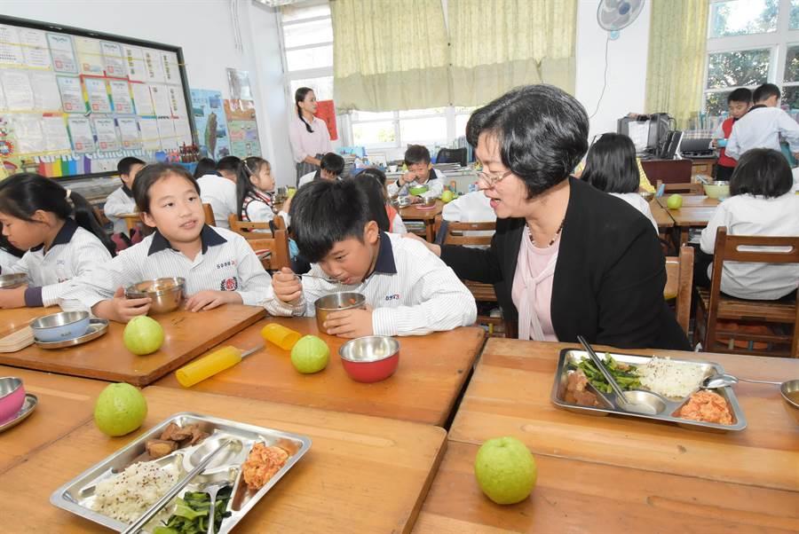 化縣政府持續免費營養午餐,明年更要推動有機營養午餐,目標每周能吃到1天。(吳敏菁攝)