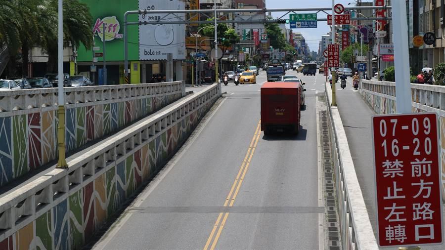 花蓮市中山地下道禁止左轉標示設在車道上方,挨轟駕駛抬頭也看不到。(許家寧攝)