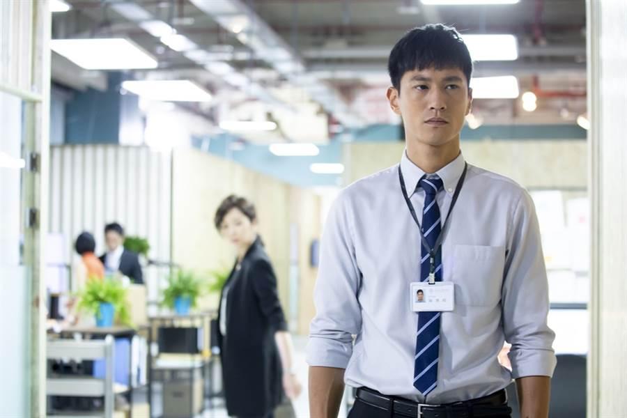 鍾承翰飾演實習律師陳博昀。(圖/中天提供)