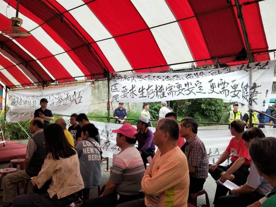 台中港擴建環評說明會尚未開始,現場已經掛滿許多白布條抗議。(陳淑娥攝)